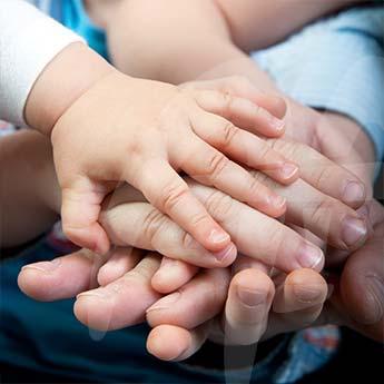 Manos entrelazadas en terapia familiar